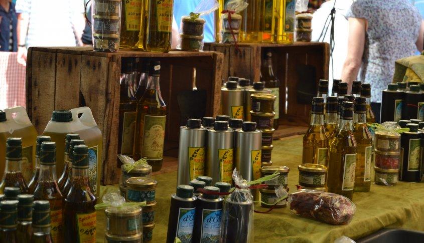 Orange Market Marché d'Orange, tous les jeudis matin, les rues et les places du centre ville d'Orange, accueillent l'un des marchés les plus connus du Vaucluse, pour sa qualité et sa convivialité. Le marché d'Orange est typiquement provençal avec toutes ses couleurs, bruits et senteurs.