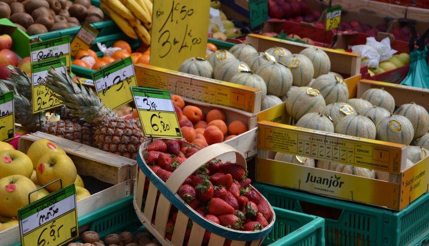 Orange Market Tous les jeudis matin, les rues et les places du centre ville d'Orange, accueillent l'un des marchés les plus connus du Vaucluse, pour sa qualité et sa convivialité. Le marché d'Orange est typiquement provençal avec toutes ses couleurs, bruits et senteurs.