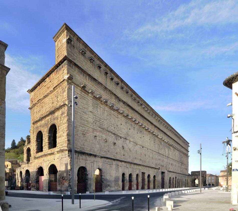 Le théâtre antique d'Orange, construit sous le règne d'Auguste au ier siècle av. J.-C. par les vétérans de la IIe légion de Jules César, est un des théâtres romains les mieux conservés au monde. Il dispose encore d'un impressionnant mur extérieur avec l'élévation d'origine (104 m de large pour 35 m de haut).